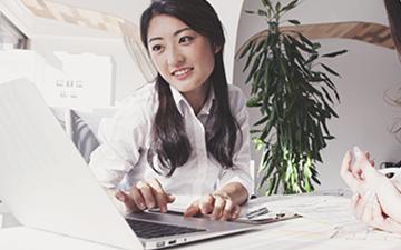 女性がパソコンを操作している画像
