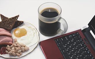洋風な朝食とパソコンの画像