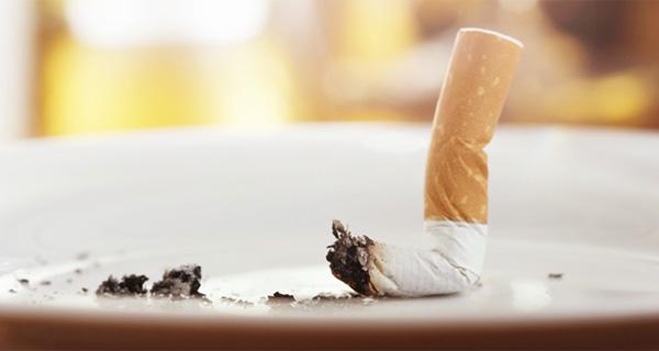 タバコを灰皿に置いている写真の画像