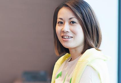 岡本麻利子さんの正面を向いている写真