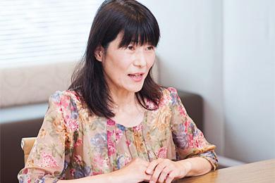 松本裕美さんの横を向いている写真