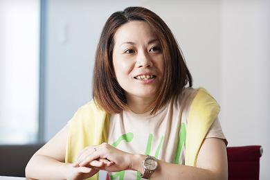 岡本麻利子さんの正面を向いて目線をずらしている写真