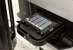 DNAを抽出する機器にラックをセットしている画像