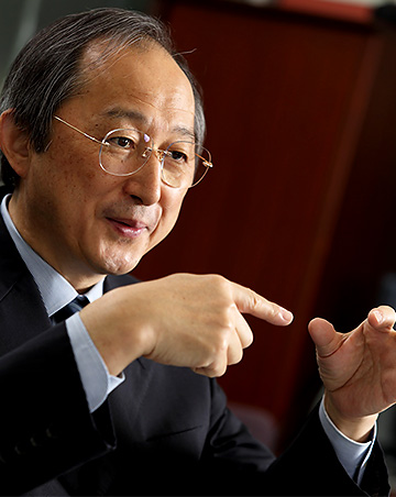 宮野悟センター長の正面を向いている写真の画像
