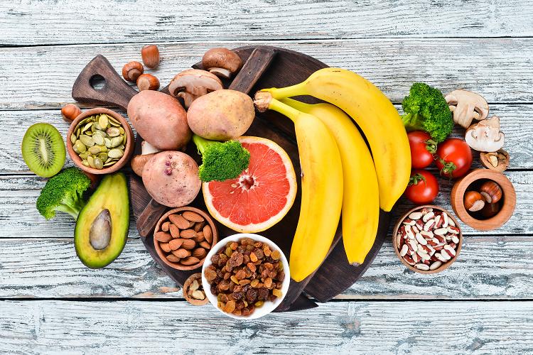 おいしそうな野菜や果物。カリウム豊富なものを選んでみるとよいかも?(写真:Shutterstock.com)